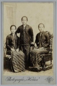 Roekmini, Kartini dan Kardinah. Sumber foto KITLV Digital Media Library (http://media-kitlv.nl/all-media/indeling/detail/form/advanced/start/5?q_searchfield=kartini)