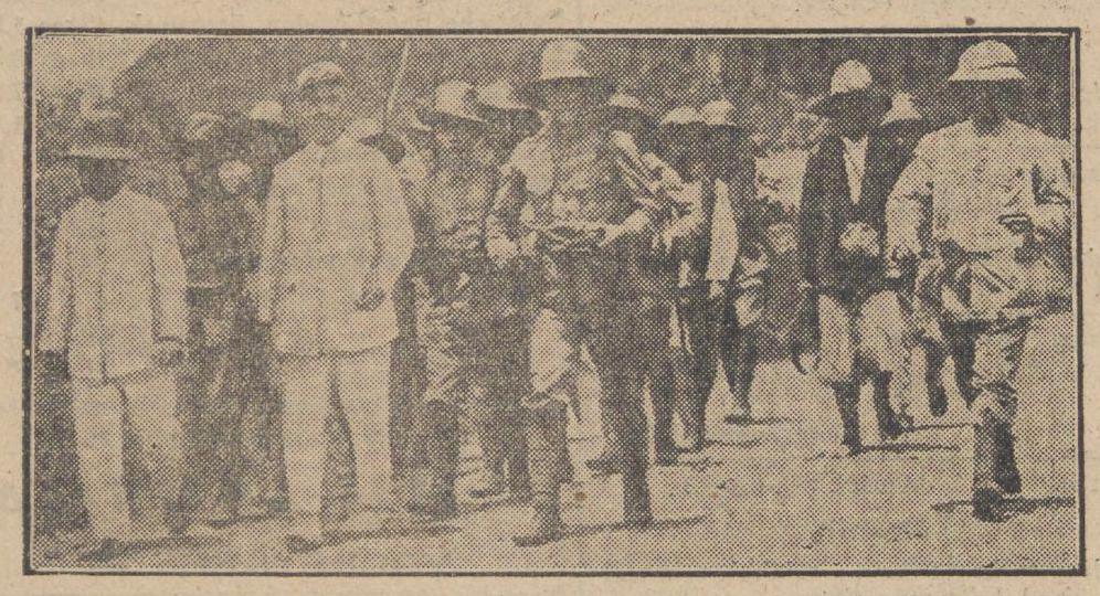 Gambar 2.1 Asisten residen mengunjungi kantor pos yang dirusak saat pemberontakan di Batavia. Sumber foto: Surat kabar Leeuwarder Nieuwsblad 17 Desember 1926